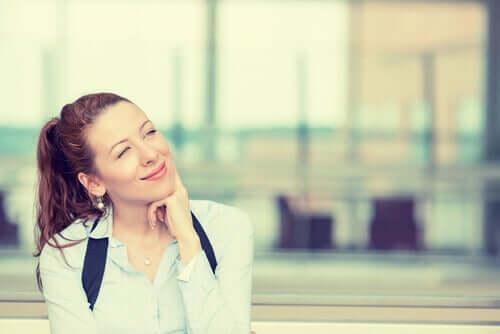 Donna pensando a come cambiare atteggiamento con il metodo S.C.O.R.E.