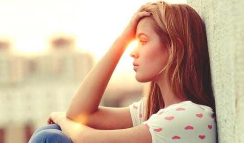 Donna seduta al tramonto.
