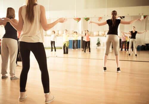 Donne in palestra che seguono una lezione di ballo.