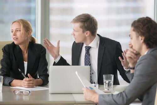 Persone che discutono durante una riunione di lavoro.