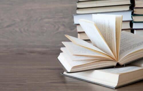 Libri sulla scrivania.