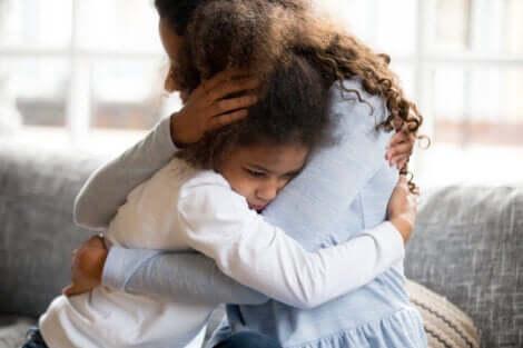 Madre che abbraccia la figlia.
