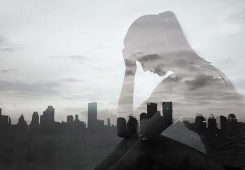 Ombra di una donna pensierosa ed una città sullo sfondo.