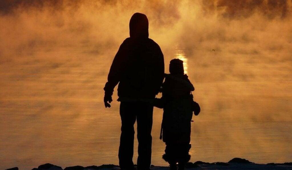 Padre e figlia si tengono per mano
