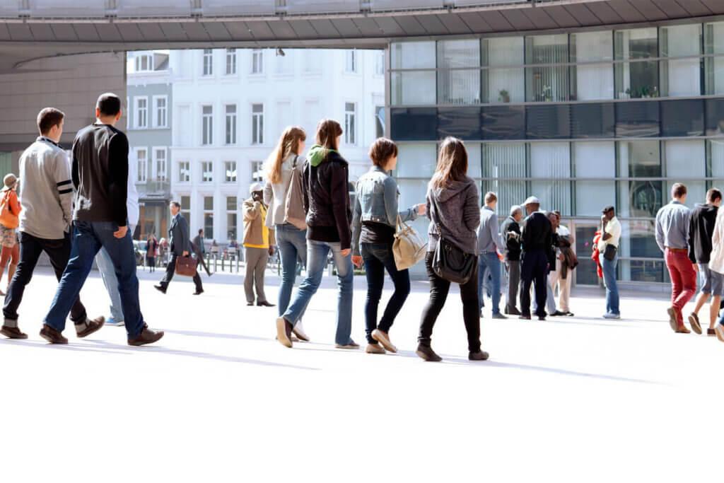 Persone che passeggiano per la città.