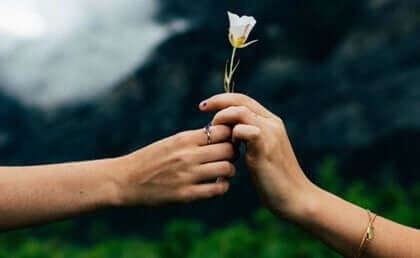 Due persone si scambiano un fiore.