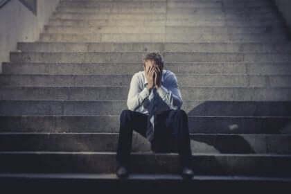 Uomo con stress da disoccupazione.