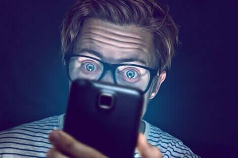 Uomo che guarda il cellulare.