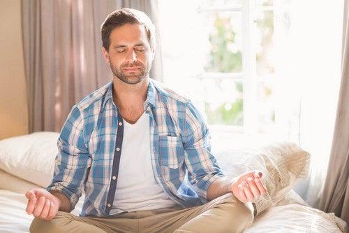 Uomo che pratica mindfulness.