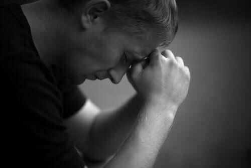 Uomo solo e triste.