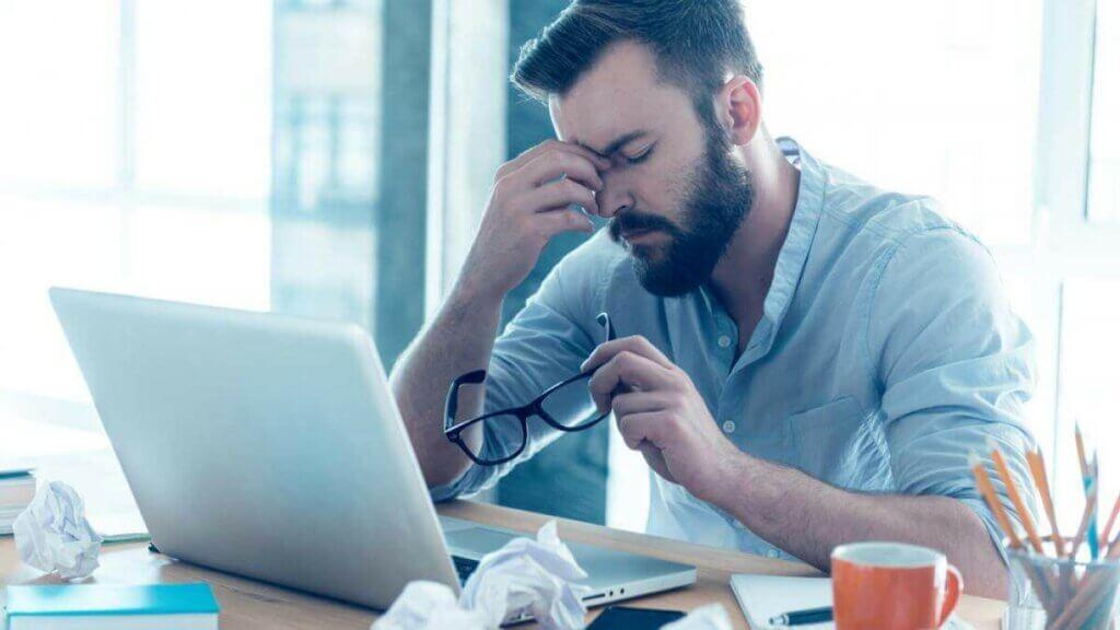 Feierabend per uomo stressato che lavora da casa.