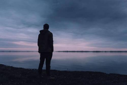 Uomo triste davanti al mare.