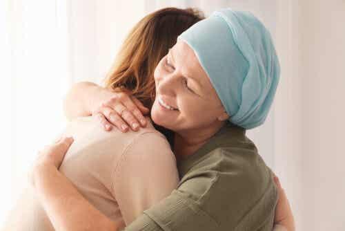 Abbraccio tra persona malata e sana.