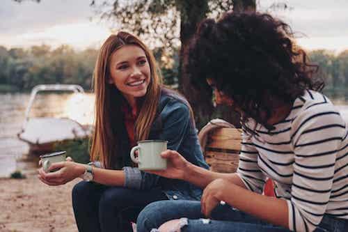 Amiche che parlano e bevono un tè all'aria aperta.