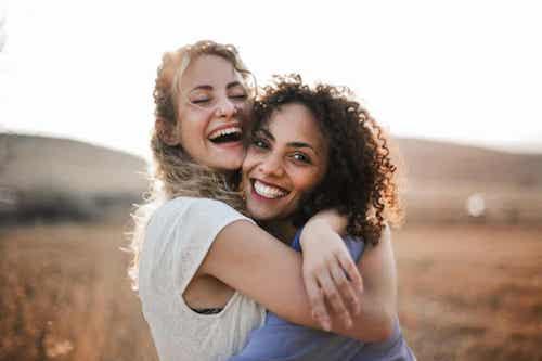 Amiche felici che si abbracciano.