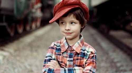 Bambino con berretto rosso.
