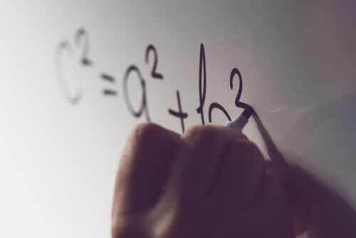 Persona che scrive il teorema di Pitagora sulla lavagna.
