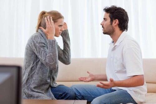 Coppia che discute sul divano.