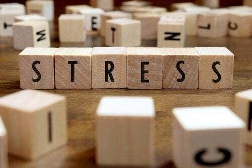 Cubi con lettere con la parola stress.