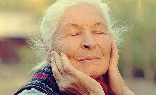 Donna anziana contenta.