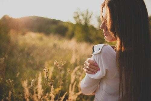 Donna che si abbraccia senza sentirsi in colpa.