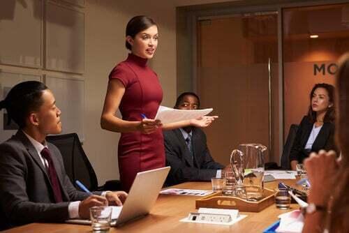 Donna carismatica che parla ai colleghi.