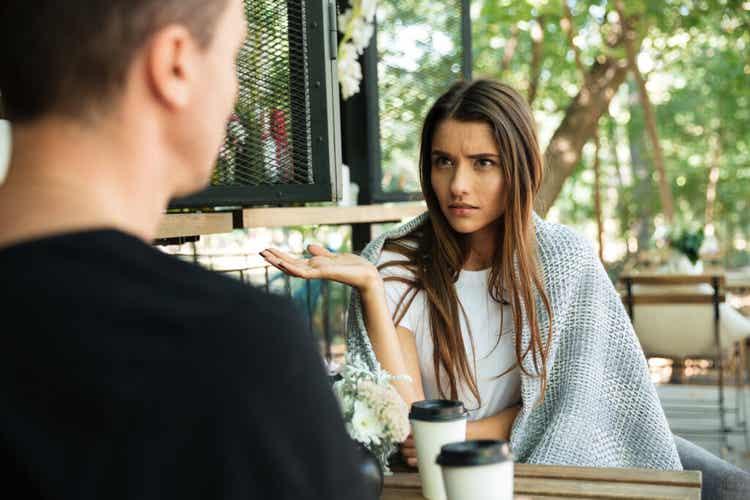 Donna che discute con il partner.