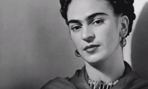 Foto bianco e nero di Frida Kahlo.