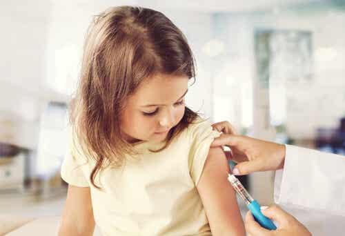 Vaccino a una bambina.