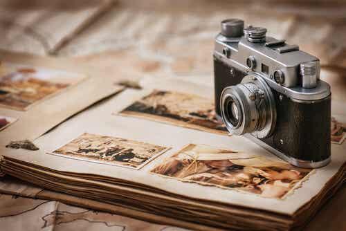 Macchina fotografica e album con foto antiche.