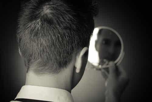 Ragazzo con dismorfofobia si guarda allo specchio.