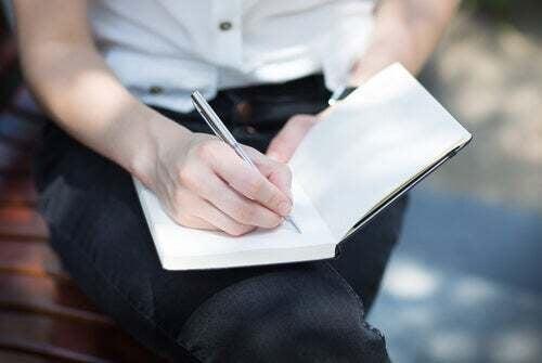 Persona che tiene un diario per la esternalizzazione del sintomo.