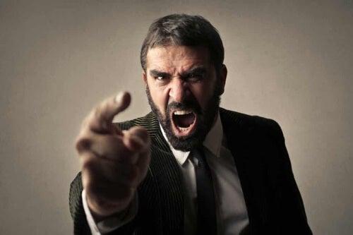 Uomo aggressivo.