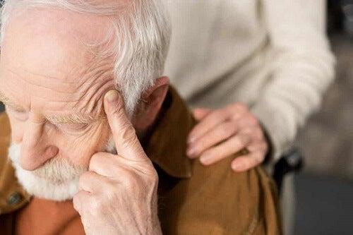 Anziano che soffre.