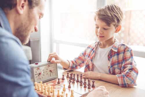 Padre e figlio giocano a scacchi.
