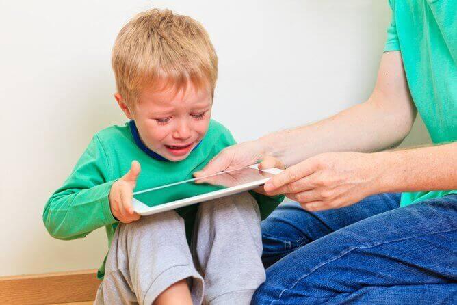 Gli schermi attivano i bambini e influenzano il loro umore