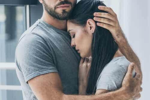 Uomo che abbraccia la sua partner.