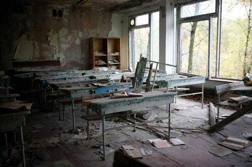Disastro di chernobyl e i resti di una scuola.