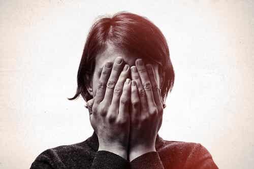 Donna con fobia degli aghi si copre il volto.
