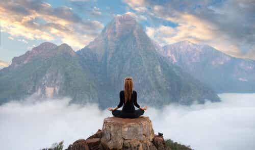 Donna che medita in montagna.