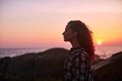 Donna che riflette durante il tramonto.