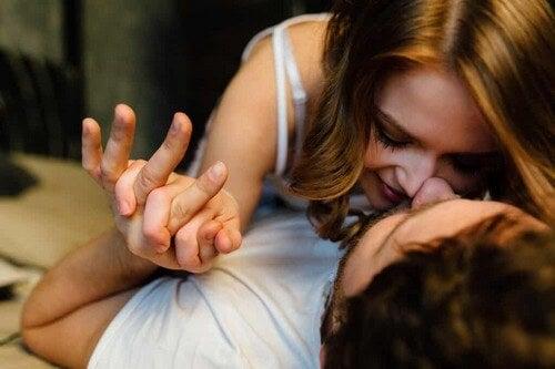 Donna sdraiata su un uomo.