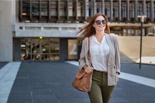 Donna che cammina per strada.