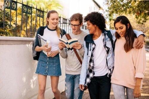 Gruppo di adolescenti.