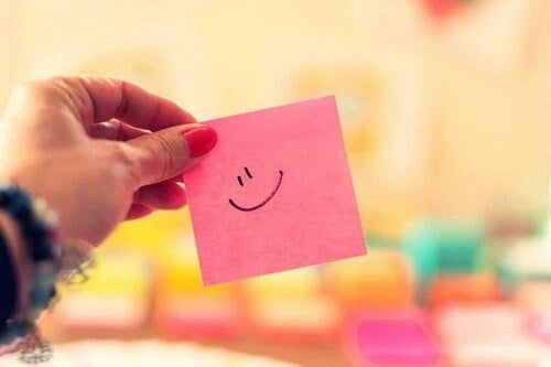 Post it rosa con faccino sorridente.