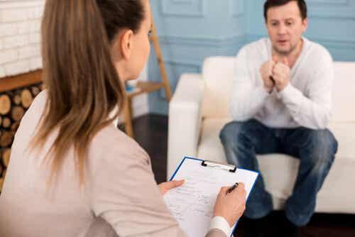 Uomo con dipendenza da pornografia dalla psicologa.