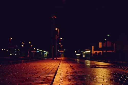 Strada buia di notte e psicologia criminale.