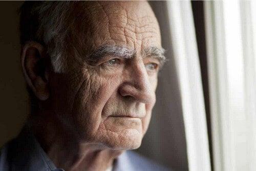 Un uomo anziano.
