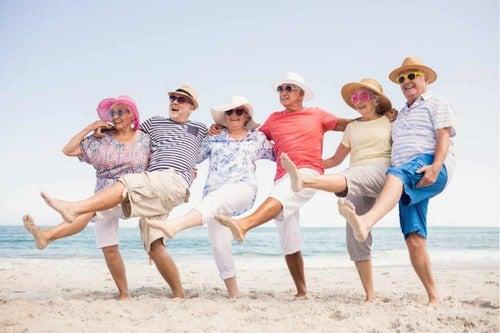 Anziani in spiaggia.