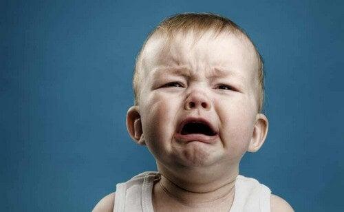 Bimbo che piange.